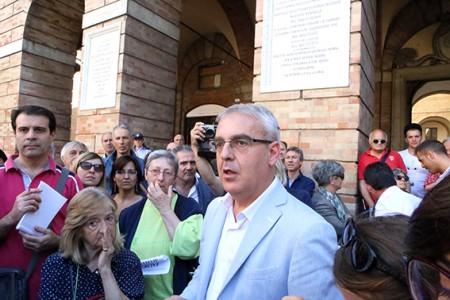 Il sindaco Carancini in piazza con i commercianti