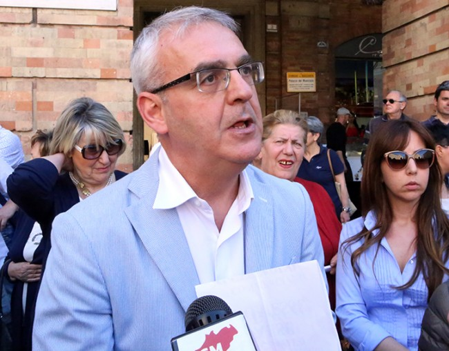 Il sindaco Carancini in piazza durante una protesta dei commercianti