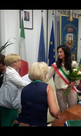 Rosalba Ubaldi va a stringere la mano di Sabrina Montali a fine Consiglio