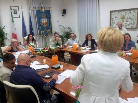 Sabrina Montali ascolta il vivace intervento di Rosalba Ubaldi, durante le repliche