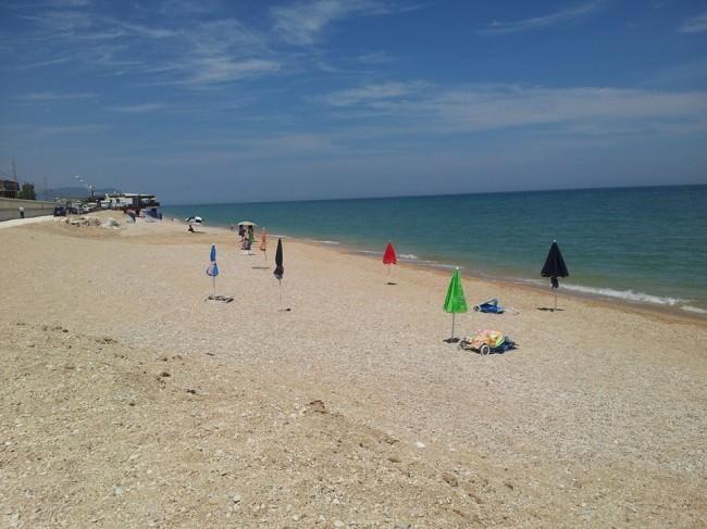 Sulla spiaggia interessata dall'intervento appena una settimana fa era possibile balneare. Ora ci sono i cartelli di divieto