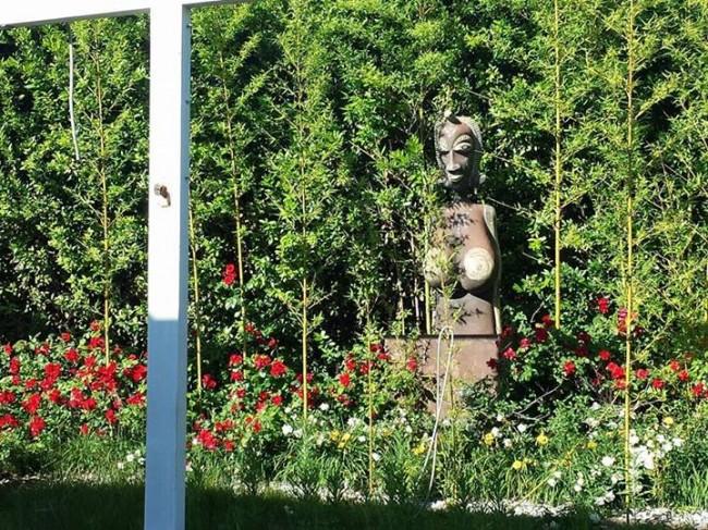 Una-statua-tribale-nello-stile-tipico-del-locale-e-i-fiori-del-giardino-esterno.-Foto-di-Alessandro-Tesei-da-ascosilasciti.wordpress.com_.
