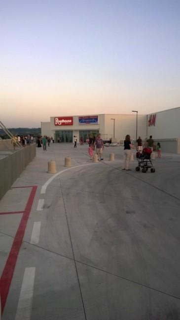 Il clienti mentre lasciano il centro commerciale
