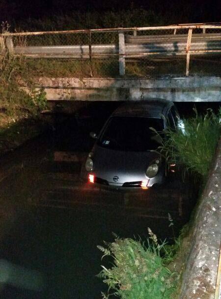 auto nel canale (2)