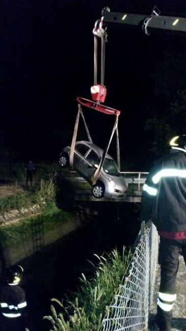 auto nel canale (5)