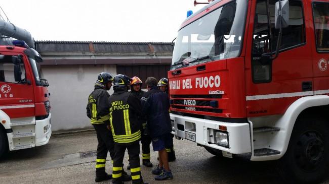 I vigili del fuoco sono intervenuti per spegnere l'incendio al silos e sono rimasti coinvolti nell'esplosione