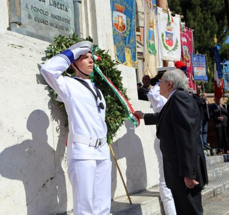 Il prefetto di Macerata Pietro Giardina onora i caduti dutrante la celebrazioni del 2 giugno