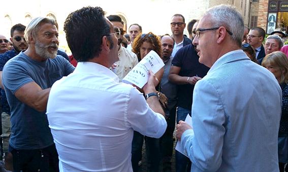 Il sindaco Romano Carancini tra i commercianti