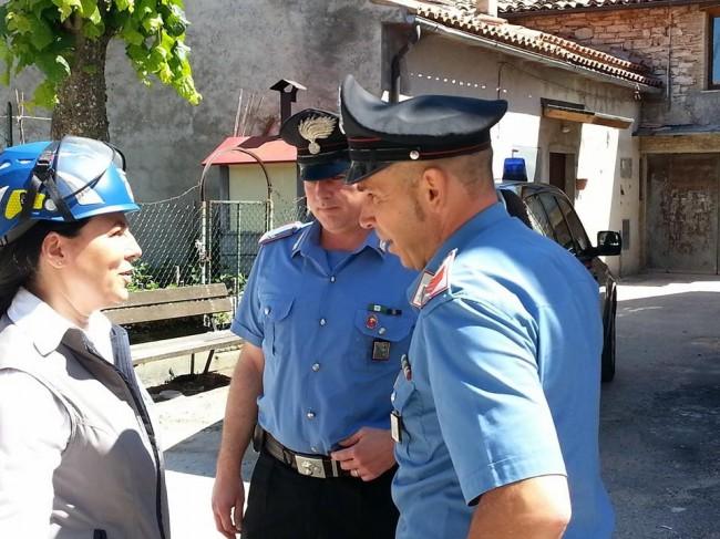 Susanna Balducci del settore pianificazione speciale della Protezione civile Marche  con i carabinieri sul luogo dell'esercitazione