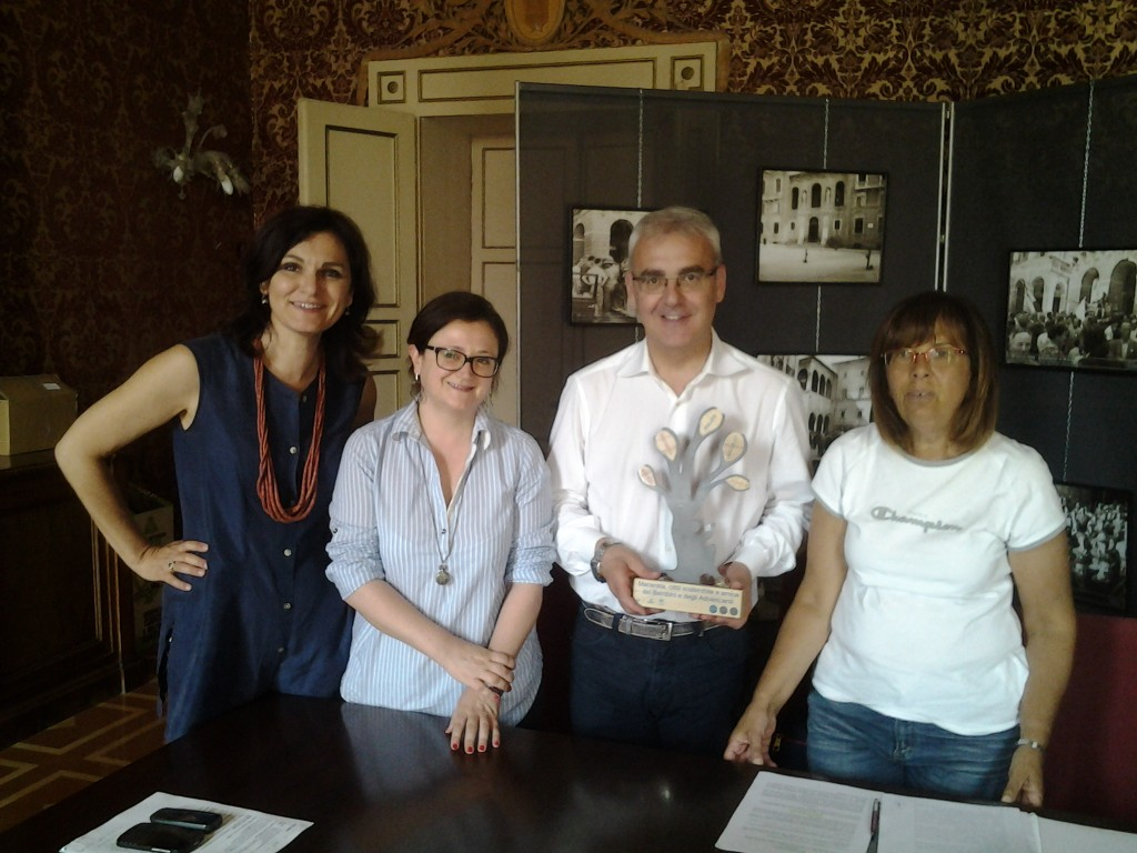 Romano Carancini, Federica Curzi e l'assessore Stefania Monteverde con la rappresentante di Legambiente Marche durate la consegna del premio