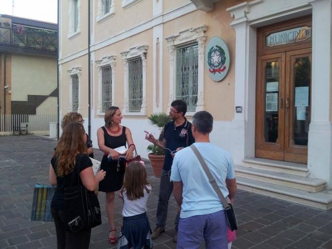 Da sinistra gli assessori Loredana Zoppi, Maria Elena Fermanelli e il vicesindaco Lorenzo Riccetti forniscono spiegazioni ai cittadini davanti alla sede del Comune
