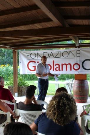 Il dottor Nicola Colonna parla ai genitori all'incontro di apertura