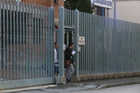 Giuseppe Farina all'uscita della caserma dei carabinieri di Castelraimondo con il suo avvocato (foto Benfatto)