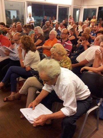 I-cittadini-assistono-al-dibattito.
