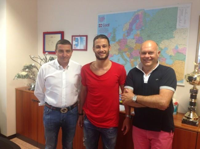 centrocampista Stefano Mandorino insieme al presidente Mauro Canil e al vice presidente Carlo Dolce