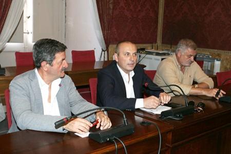 Teloni (al centro) durante la conferenza stampa al Comune di Macerata