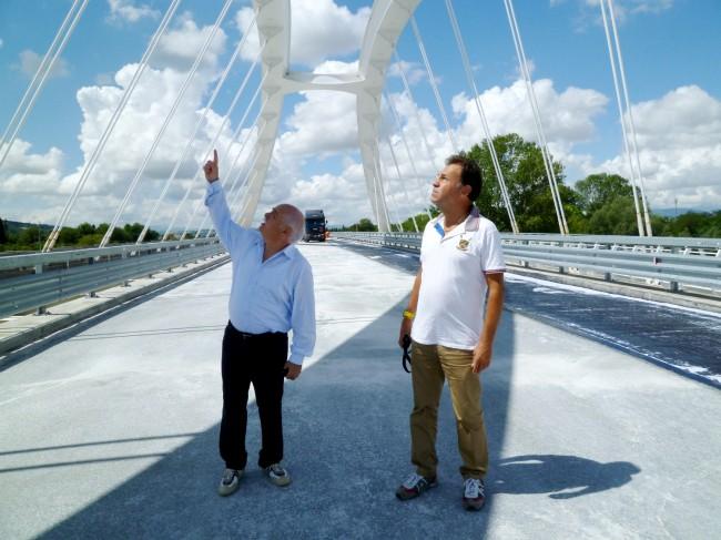 Il presidente della Provincia di Macerata Antonio Pettinari sul ponte di Villa Potenza durante l'ultimo sopralluogo con un tecnico