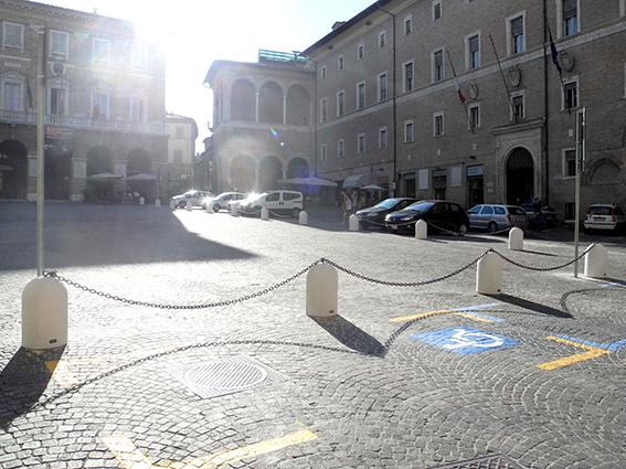 I piloncini in piazza della Libertà