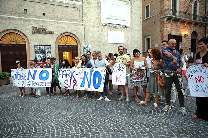 La protesta dei commercianti questa sera davanti al Lauro Rossi