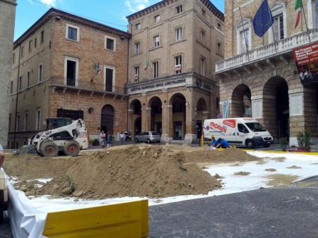 La sabbia in piazza della Libertà per allestire il campo da beach volley
