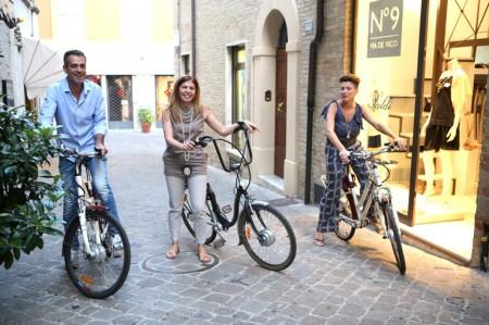 I commercianti in bici per la Notte bianca dei saldi (Foto Guido Picchio)
