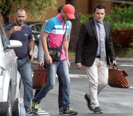 Da sinistra Giuseppe Farina con il figlio Salvatore e il loro legale Mauro Riccioni