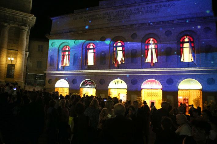 Folla di spettatori allo Sferisterio, all'uscita della prima dell'Aida di ieri sera