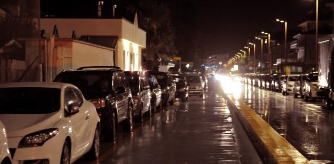 Le auto posteggiate ieri sera lungo la pista ciclabile del lungomare nord