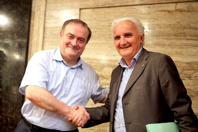 La stretta di mano tra Giuliano Bianchi e Nando Ottavi dopo la votazione di questo pomeriggio