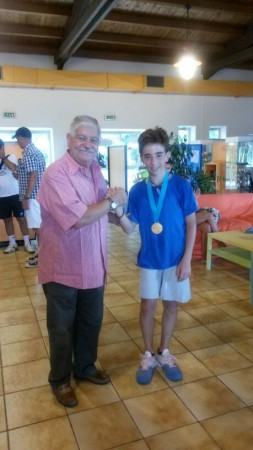 Il Giudice Arbitro Alessandro Nigi premia il vincitore della ctg. U.12 M. Mattia Corradini (Corridonia).