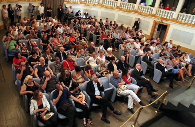 La platea del teatro durante l'evento di apertura del 50mo Macerata Opera Festival