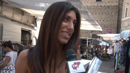 Una studentessa intervistata questa mattina al mercato