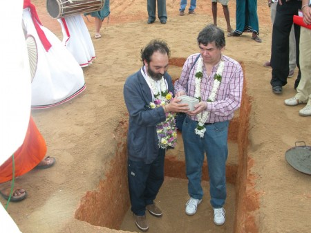 A sinistra Paolo Bernabucci, presidente del Gus, durante la posa della prima pietra la costruzione dello Human Solidarity Children Village in Sri Lanka