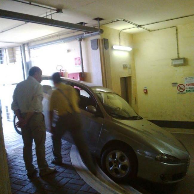 La macchina rimasta bloccata nella galleria che conduce agli ascensori