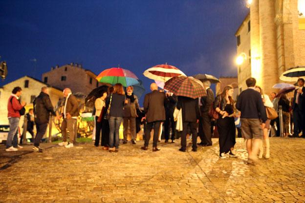 Attesa sotto la pioggia per la prima della Traviata (foto Guido Picchio)