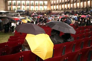 Ombrelli in arena (Foto Guido Picchio)
