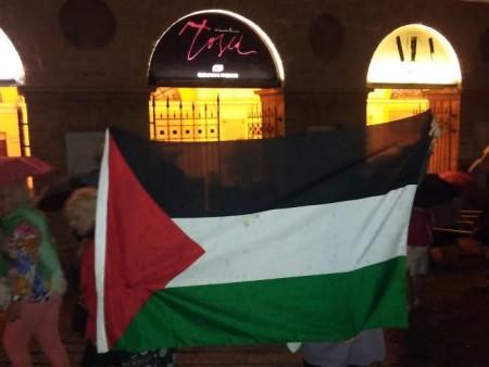 La bandiera della Palestina affissa dalle manifestanti all'arrivo dell'ambasciatore Gilon
