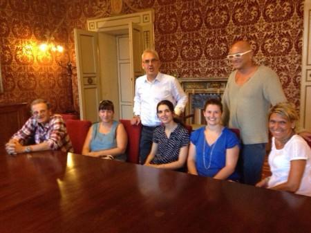 Il sindaco Romano Carancini con  i residenti durante l'incontro di ieri pomeriggio