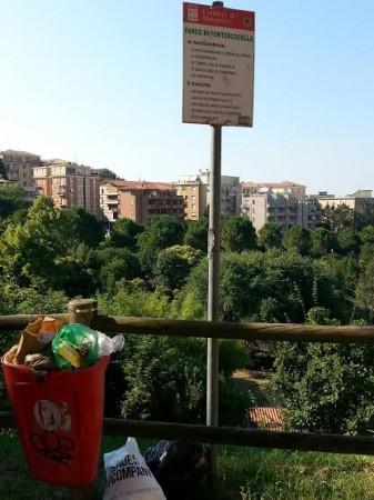 il cestino stracolmo di rifiuti all'ingresso del parco di Fontescodella