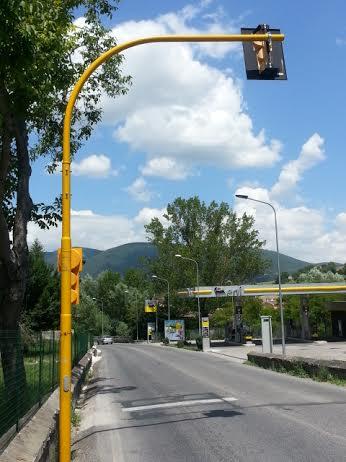 Il semaforo di Castelraimondo. Sulla destra il totem grigio con la telecamera