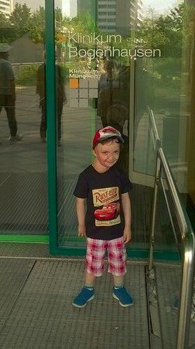 Il piccolo Simone davanti all'Ospedale