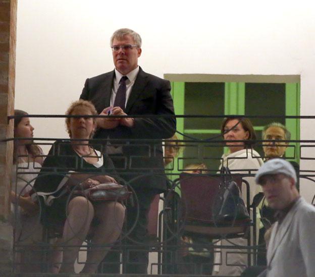L'ambasciatore durante lo spettacolo allo Sferisterio
