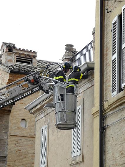 vigili del fuoco intervento sicurezza cornicione (1)