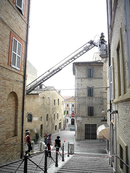 vigili del fuoco intervento sicurezza cornicione (2)