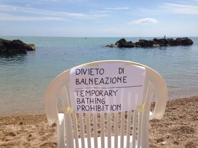 Al balneare Sulla cresta dell'onda, stante la mancanza di cartelli di divieto fino alle 15 di oggi, in mattinata si erano attrezzati con carta, scotch e pennarelli