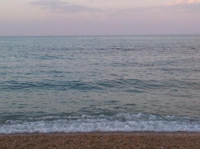 Allaltezza-di-Largo-Porto-Giulio-intorno-alle-20-il-mare-ha-ripreso-il-suo-classico-colore-azzurro-ma-grande-è-stata-la-paura-stamattina-tra-i-bagnanti.-650x487