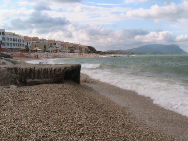 Anche oggi pomeriggio la Fiumarella era asciutta e non immetteva in mare