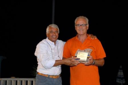 Angelo Pepa, con la maglia del Portorecanati, riceve il premio alla carriera sportiva