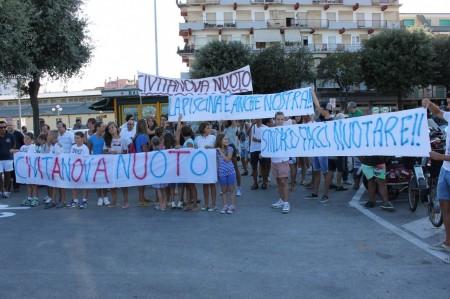 La protesta di genitori e nuotatori per la piscina