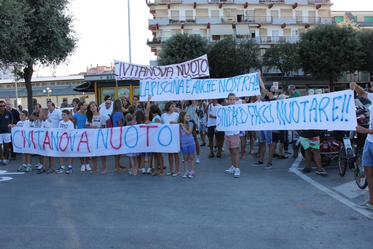 La protesta di genitori e nuotatori per la piscina durante l'inaugurazione della pista ciclabile